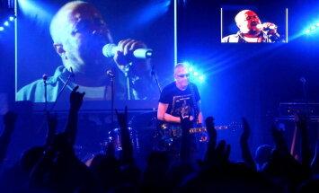 Fotoreportāža: lielisko un leģendāro Aivaru Brīzi koncertā piemin kolēģi