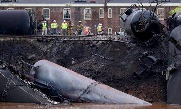 ASV noskrien no sliedēm un aizdegas vilciens