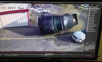 Iespaidīgs video: Teksasā narkotiku reibumā esošs autobraucējs taranē pikapu
