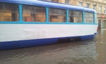 Из-за ливня общественный транспорт Риги опаздывает на 30-40 минут