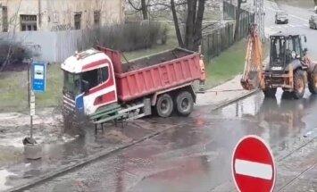 Video: Ūdensvada avārijas vietā Pētersalas ielā iesprūdis auto