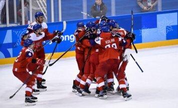 Čehijas hokejisti 'bullīšos' sakauj ASV un kļūst par pirmajiem olimpiskajiem pusfinālistiem