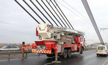 TM vērtēs iespējas noteikt bargākus sodus par kāpšanu Vanšu tiltā