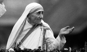 Māti Terēzi pasludina par svēto