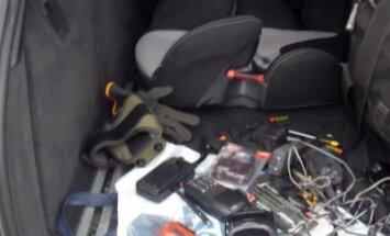Raidījums: Aizturēta jaunieša automašīnas bagāžniekā policija atrod aizdomīgas ierīces