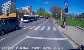 Video: Salaspils ielā divi auto aizbrauc pie sarkanās gaismas