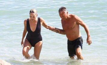 59 gadus vecā Šarona Stouna peldkostīmā atrāda jauneklīgo ķermeni