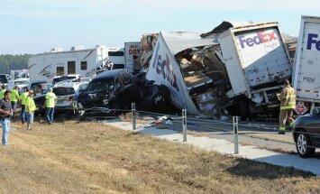 Vismaz 100 auto avārijā Teksasā divi bojāgājušie