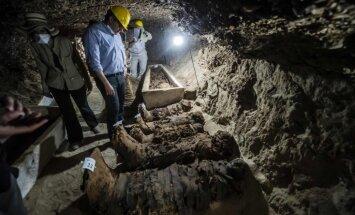 Foto: Ēģiptē atrod senas kapenes ar 17 mūmijām