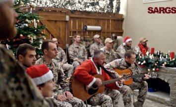 Video: Afganistānā dienošie Latvijas karavīri sveic svētkos ar burvīgu dziesmu