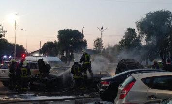 ФОТО, ВИДЕО: В Пурвциемсе ночью загорелись пять машин, мотоцикл и мотороллер