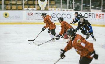 Foto: Latvijas karavīri hokeja spēlē spēkojas ar Kanādas vadītajiem NATO spēkiem
