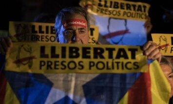 Foto: Vairāki tūkstoši katalāņu protestē pret ministru apcietināšanu