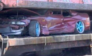 Video: Austrālijas policija iznīcina 'strītreiseru' automašīnas