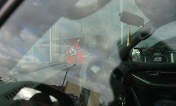 Foto: Rīgas ielās iemūžināts spēkrats ar nacistiskās Vācijas simboliku