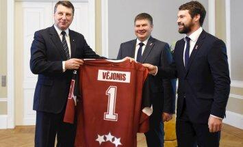 Foto: Vējonis Rīgas pilī uzņem Latvijas hokeja izlasi