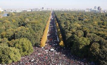 Foto: Tūkstošiem cilvēku Vācijā protestē pret transatlantisko brīvās tirdzniecības līgumu