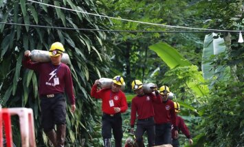 Taizemes pazemē iesprostoto zēnu pašsajūta neļauj sākt glābšanu šodien; alā sūknēs skābekli