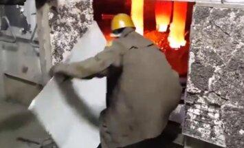 Video: Kādos apstākļos strādā Krievijas metalurgi