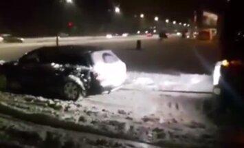 Video: 'Audi quattro' Rumbulā pa piesnigušu ceļu velk nelaimē nonākušu fūri