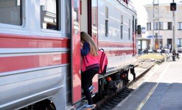 90 пассажиров на три часа застряли в лесу в модернизированном поезде Рига-Даугавпилс