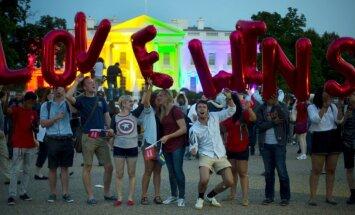 Foto: Baltais nams ASV uzmirdz varavīksnes krāsās