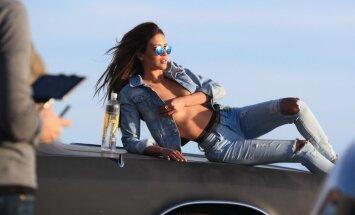 Daiļa aktrise kailām krūtīm gozējas uz auto