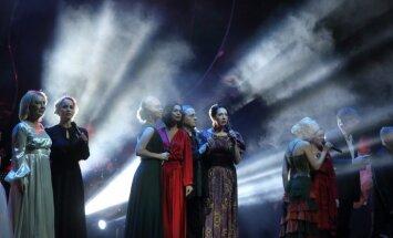 Foto: 'Arēnā Rīga' krāšņi aizvadīts svētku koncerts 'Latvijas spēka dziesmas'