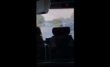 Video: 'Ecolines' autobuss apdzen un traucas pa pretējo joslu