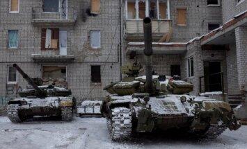 Foto: Tanki Avdijivkā atrodas rezervē un kaujās nepiedalās, apgalvo ministrija