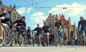 Veloceliņus Rīgā grib veidot uz stāvvietu un ietvju rēķina; auto tos varēs šķērsot pagriezienos pa labi