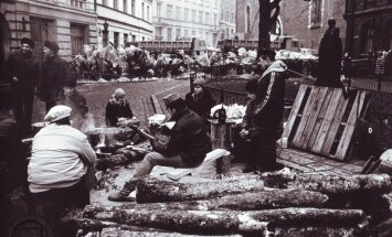 Karogi, ziedi un ugunskuri – Rīgā pieminēs barikāžu laika notikumus