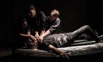 Izrādes apskats: Latviešu 'kapeņu stāstiņi' Jaunajā Rīgas teātrī