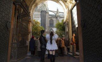 Dienas ceļojumu foto: Tūristi pie Seviljas katedrāles