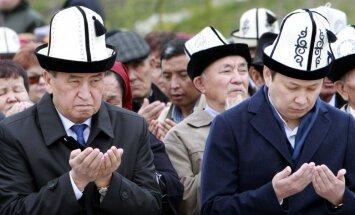Kirgizstānā, gāžot valdību, atbrīvojas no pēdējā Atambajeva sabiedrotā