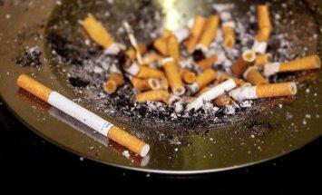 Zem apģērba mēģina ievest kontrabandas cigaretes