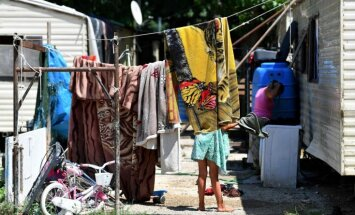 Sestdienas vakarā noticis uzbrukums romu nometnei Ukrainā; aizturēti septiņi aizdomās turamie
