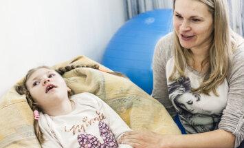 Smagi slimajai Anastasijai plāno pārstādīt no māsas iegūtas cilmes šūnas; lūdz palīdzību