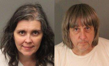 Kalifornijā arestē pāri, kas 13 savus bērnus pieķēdējuši un turējuši badā