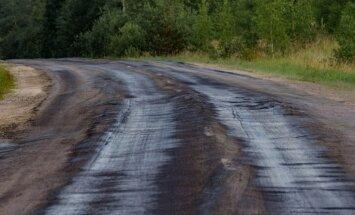 Aculiecinieka foto: Auces novadā katastrofāls valsts autoceļš skādē spēkratus
