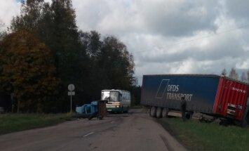 Video: Pie Preiļiem sadūries traktors un kravas auto