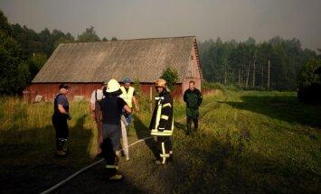 Valdgales ugunsgrēka dzēšanā prasa palīdzību Lietuvai; cietis viens ugunsdzēsējs (plkst. 21.37)
