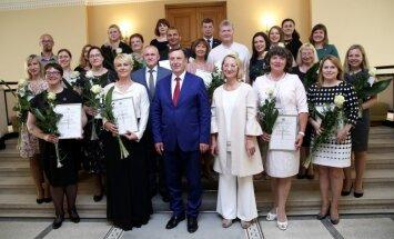Foto: Kučinskis un Melbārde Dziesmu un deju svētku organizatoriem pasniedz pateicības rakstus