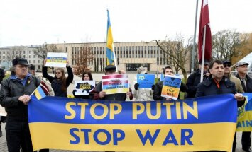 Foto: Protests Rīgā pret Krievijas agresiju Ukrainā; pāri ielai bariņš ļaužu slavē Krieviju