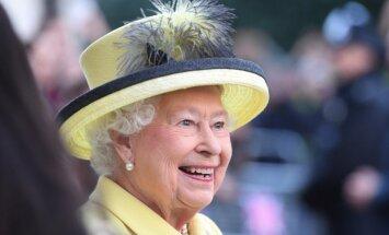 Anglijas karaliene sēžas pie 'Jaguar' stūres un aizved sevi mājās