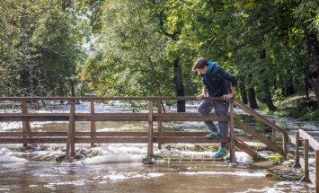 Foto: Tebras upē Aizputē ūdens līmenis krities un situācija stabilizējusies