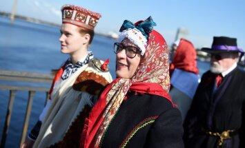 Foto: Rīgā notikusi dižošanās ar tautastērpiem – 'Senās klēts godi'