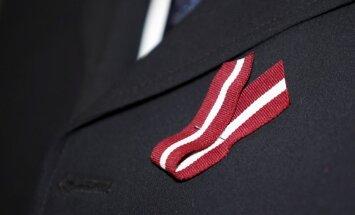 Rīgas policija noliedz, ka tās darbinieks kādam aizrādījis par Latvijas karoga lentītes nēsāšanu