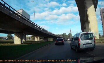 ВИДЕО: Проскочил между машин - агрессивное вождение в исполнении водителя Citroen