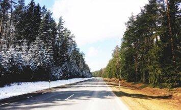 Unikāli foto no Igaunijas: ziema un pavasaris uz vienas šosejas